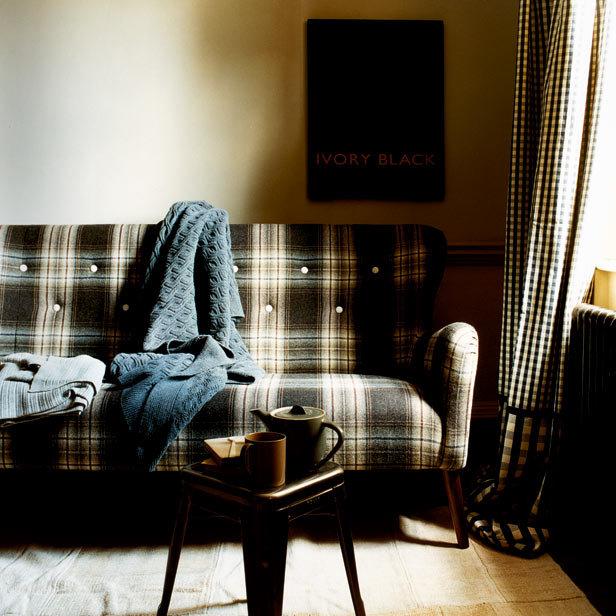 sofa a cuadros y tolix